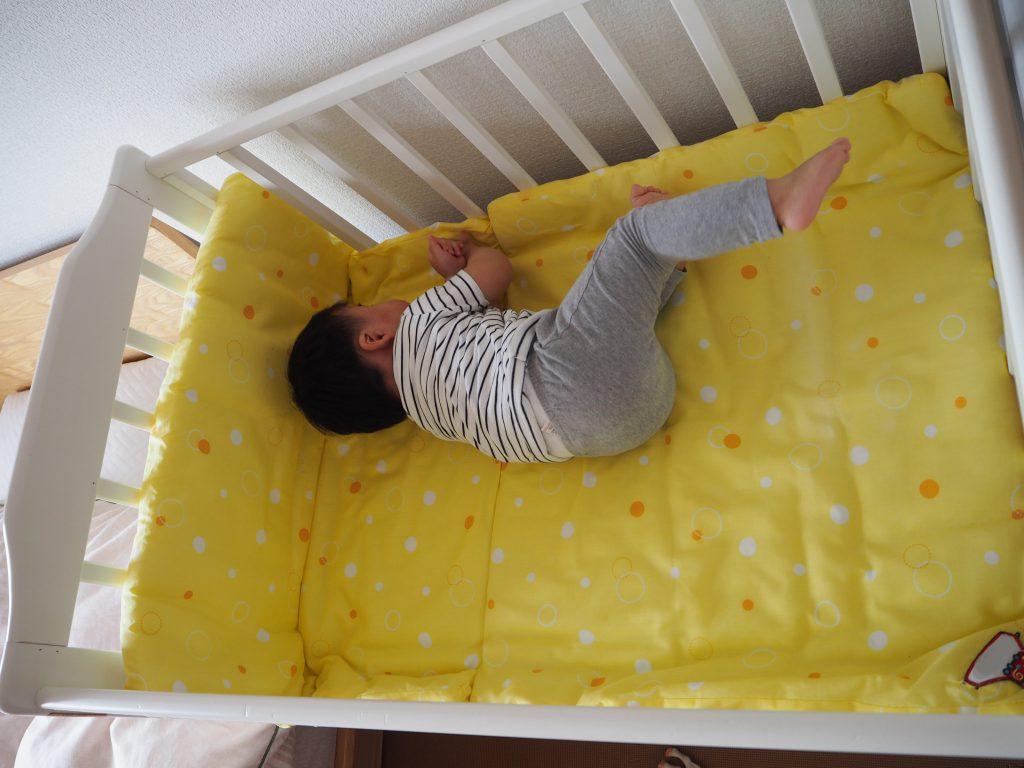 ミニベビーベッドで寝返りをうつ10か月児(大きめ)